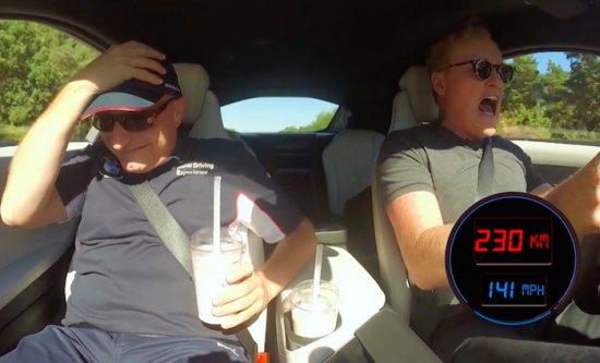 Конан О'Брайън + BMW i8 + Autobahn = Петъчна доза смях (Видео)