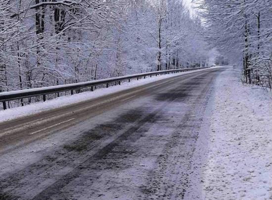 Над 340 машини обработват пътните настилки в районите със снеговалеж. Няма въведени
