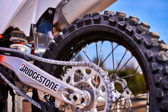 •Най-новата гума за мотокрос на Bridgestone дава на шофьорите невероятна тяга