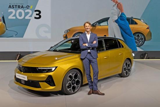 Централна сцена: Главният изпълнителен директор на Opel Уве Хохгешурц представя новата Astra E-офанзива: