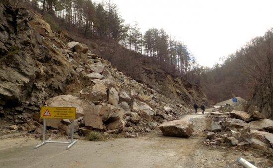 Снимка: Участъкът от път II-86 Смолян - Мадан остава затворен за движение. Работи се по изграждането на обходния път на срутището