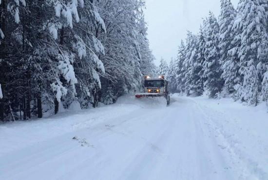 Близо 400 машини обработват пътните настилки в районите със снеговалеж. Поради силно