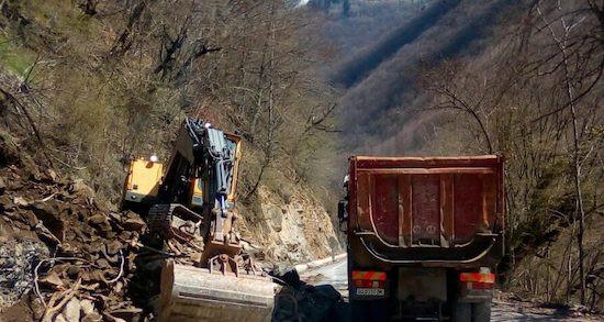 Снимка: Започна аварийното укрепване на пътя за Рилския манастир