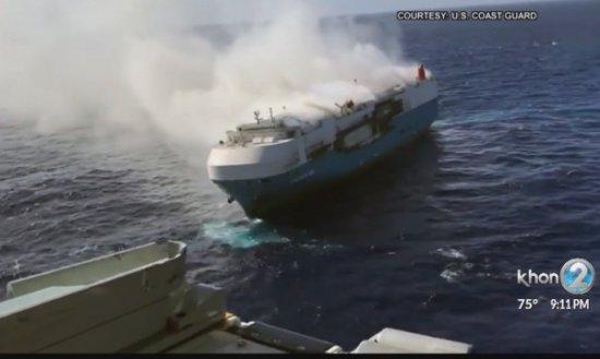 В Тихия океан няколко дни вече гори кораб, превозващ хиляди нови