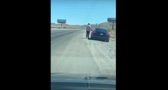 Пътувате си по пътя и виждате Tesla Model S с включени