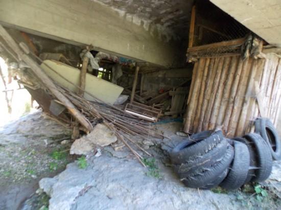 Битови и строителни отпадъци, гуми, складиране на сено и отглеждане на животни