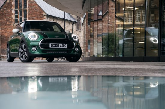 Британският премиум автомобилен производител представя ексклузивен дизайнерски модел за 60-годишния юбилей на марката,