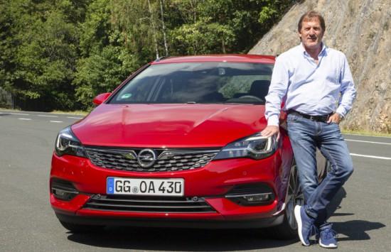Известният пилот Йоахим Винкелхок /smoking Joe/ е лоялен към Opel от