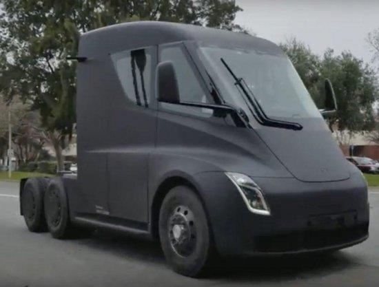 Електрическият влекач Tesla Semi е заснет по време на тестове в