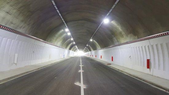 """Снимка: От 10:00 ч. до 16:30 ч. движението в тунел """"Топли дол"""" на АМ """"Хемус"""" ще e двупосочно в една тръба"""